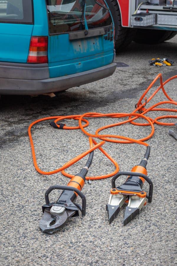 Hydraulische Rettungswerkzeuge - Scheren und Streuer zur Rettung von Personen bei Verkehrsunfällen stockbild
