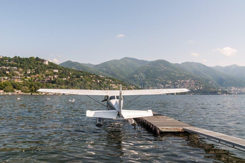 Hydravion s'accouplant dessus à l'aérodrome de l'eau du lac Como, Italie photos libres de droits