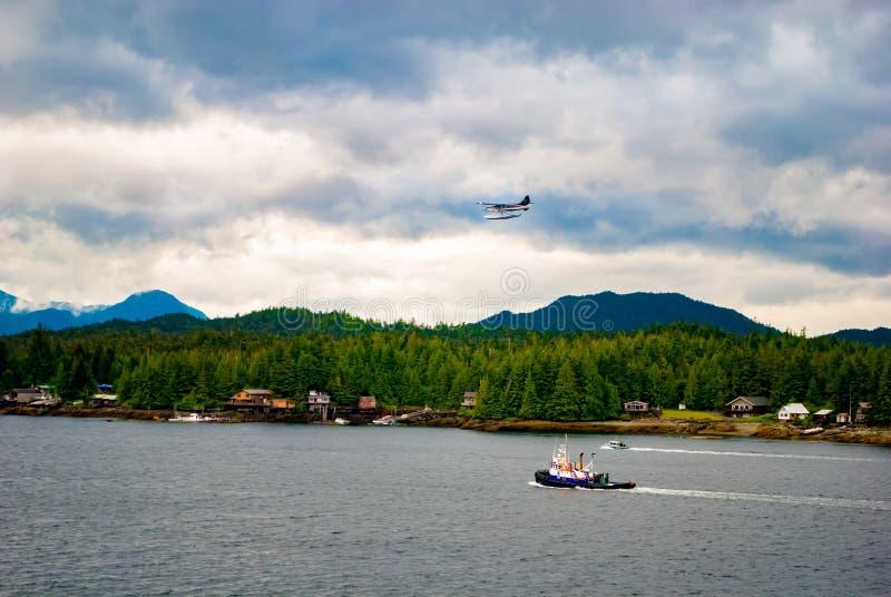 Hydravion volant au-dessus du port image stock