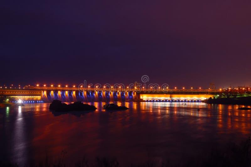 Hydro-elektrische dam in de nacht royalty-vrije stock fotografie
