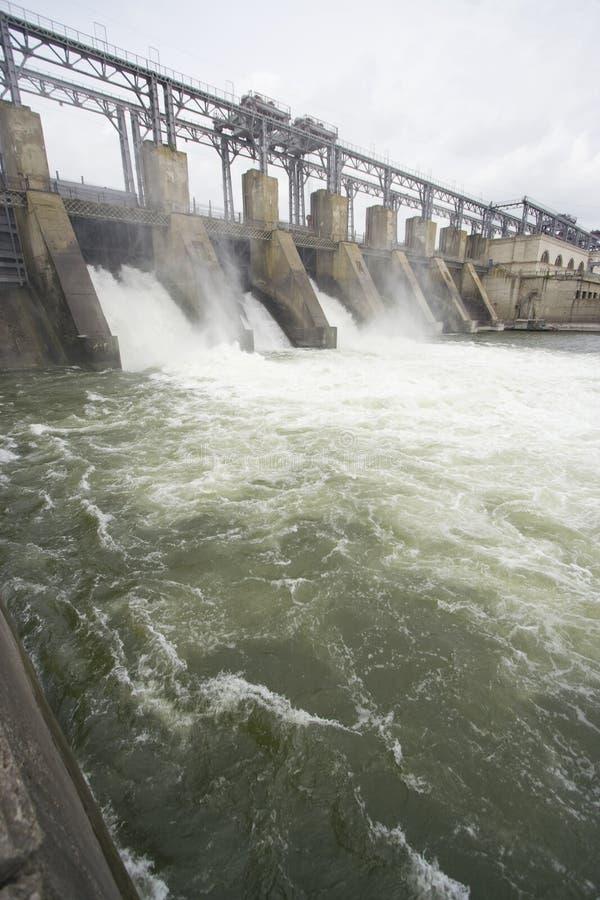 Hydro-elektrische elektrische centrale op een rivier stock fotografie
