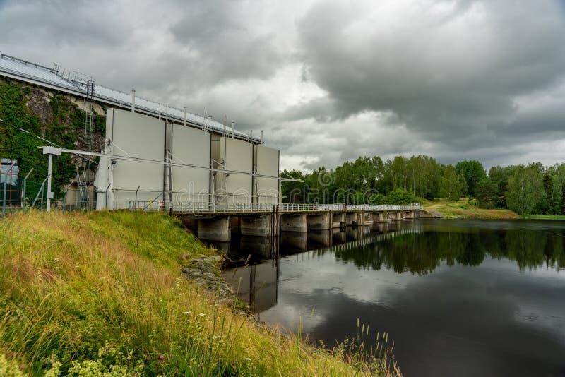 Hydroanlage des elektrischen Stroms mit dunklem bewölktem Himmel stockfotos