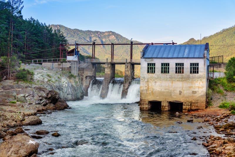 hydroelektrisk gammal strömstation Chemal Altai republik, Ryssland arkivbild