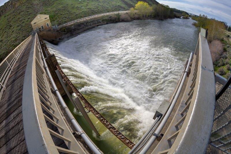Hydroelektryczna tama pod warunkiem, że energia miasto zdjęcie stock