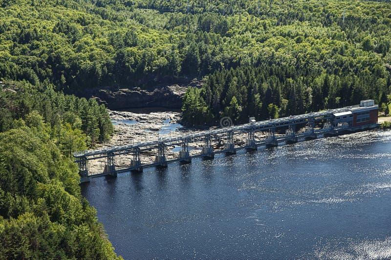 Hydroelektryczna tama, widok z lotu ptaka od obserwaci wierza w Shawinigan mieście obrazy royalty free