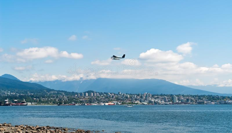 Hydroplan bierze daleko nad Vancouver zatoką - BC, Kanada fotografia royalty free