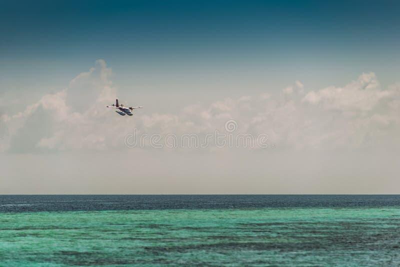 Hydroplane ou hydravion dans la destination tropicale, le voyage et le transport photographie stock libre de droits