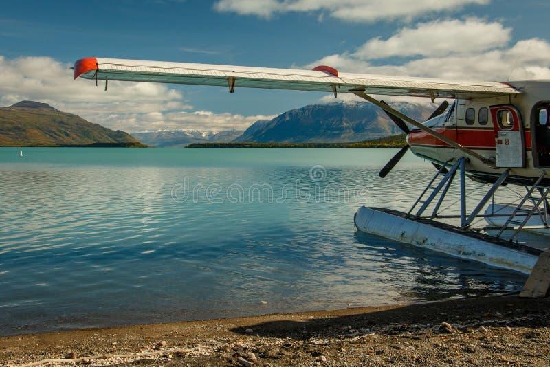 Hydroplanen landade på Naknek sjön i Katmai NP, Alaska royaltyfria bilder