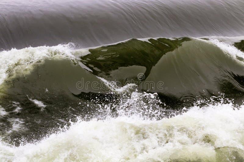 Hydroverdammung des elektrischen Stroms der starken Welle auf Fluss die Seine, Frankreich lizenzfreie stockfotografie