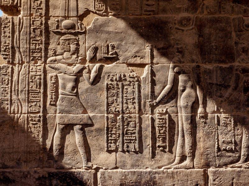 Hyeroglyphs égyptiens au temple de Philae à Assouan dans la lumière de coucher du soleil photos libres de droits