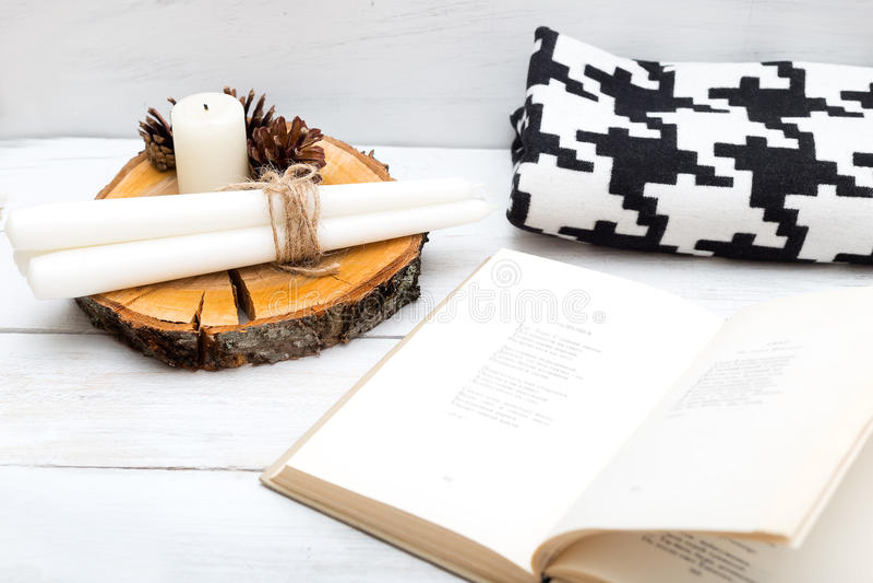 hygge 与书、蜡烛和毯子的舒适休息 库存图片
