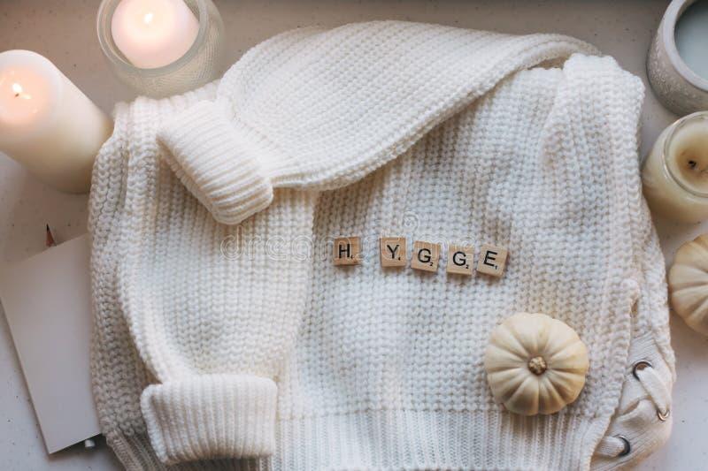 Hygge flatlay con el suéter y las velas fotos de archivo