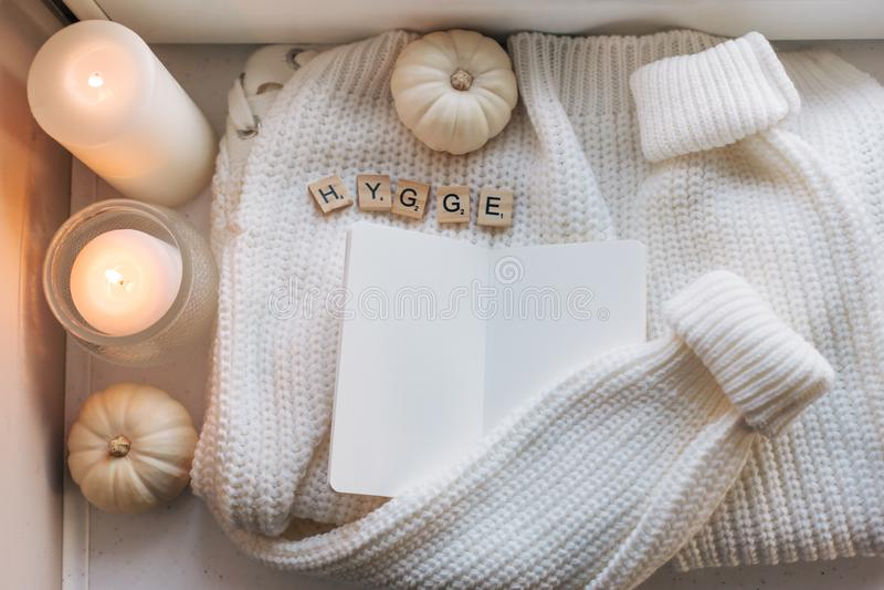 Hygge flatlay con il maglione e le candele immagini stock libere da diritti