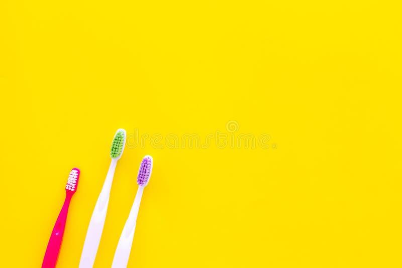Hygiène buccale Brosses à dents sur l'espace jaune de copie de vue supérieure de fond photos stock