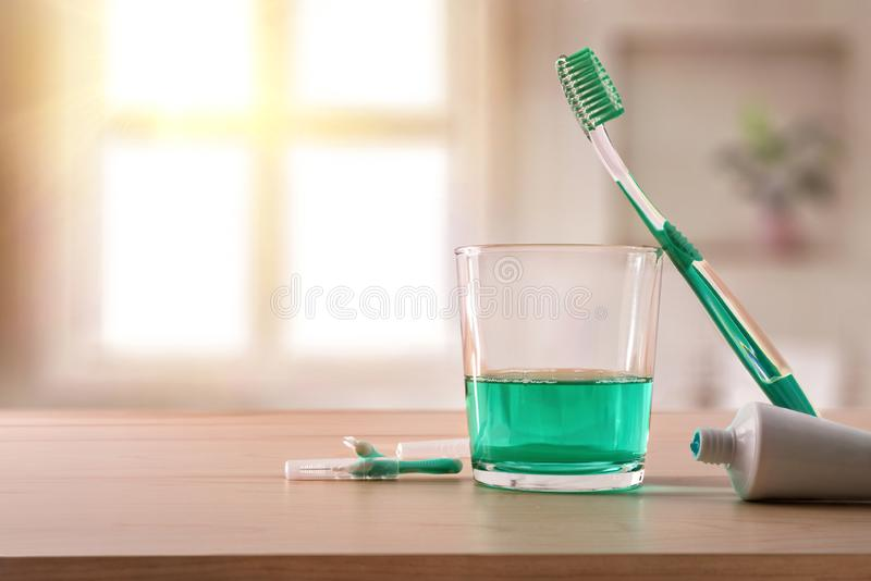 Hygiène buccale sur la table en bois en composition générale en salle de bains photos stock