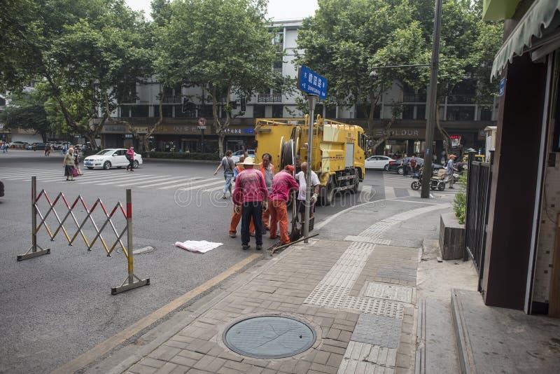 Hygiënearbeiders die rioolpuin schoonmaken royalty-vrije stock foto's