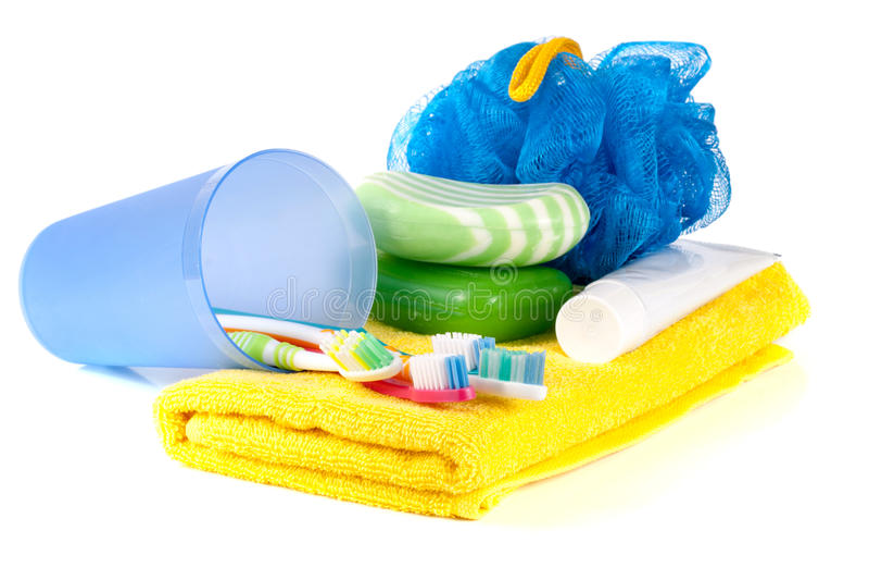 Hygiëneproducten: zeep, tandenborstel en deeg, luffa, handdoek op witte achtergrond wordt geïsoleerd die royalty-vrije stock foto's