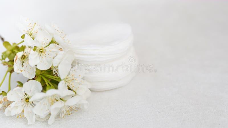 Hygiënische beschikbare product kosmetische stootkussens en bloem op witte handdoekachtergrond met exemplaarruimte Het Concept va royalty-vrije stock foto's
