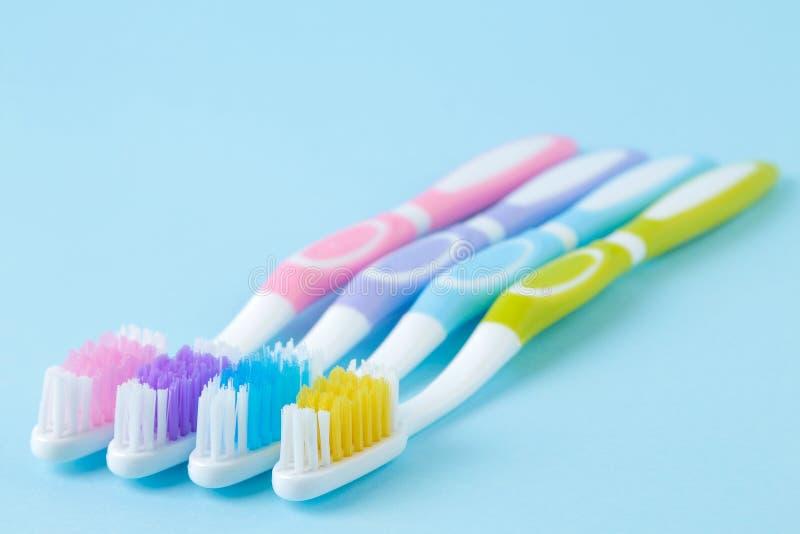 Hygi?ne buccale Brosse à dents multicolore sur un fond bleu doux L'espace pour le texte image libre de droits