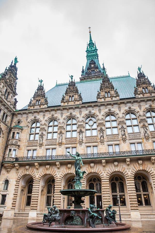 Hygieia fontanna w podwórzu Hamburski urząd miasta w zimnym deszczowym dniu obrazy royalty free