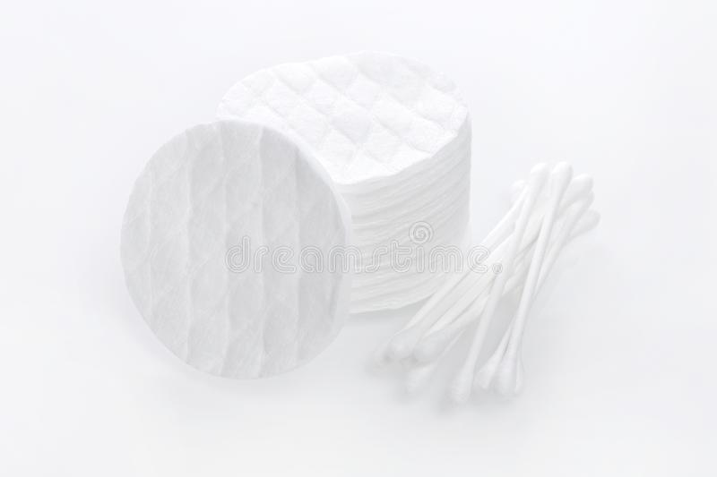 Hygieneprodukte, Baumwollauflagen und Knospen auf weißem Hintergrund stockbild