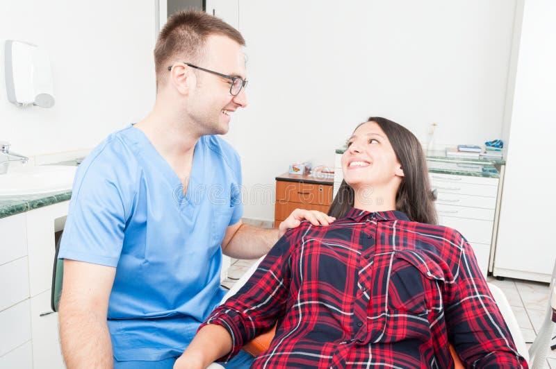 Hygieniker, der Patienten als seiend vertrauenswürdig hält stockfotos