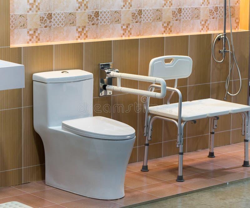 Hygieniskt rent badrum arkivfoton