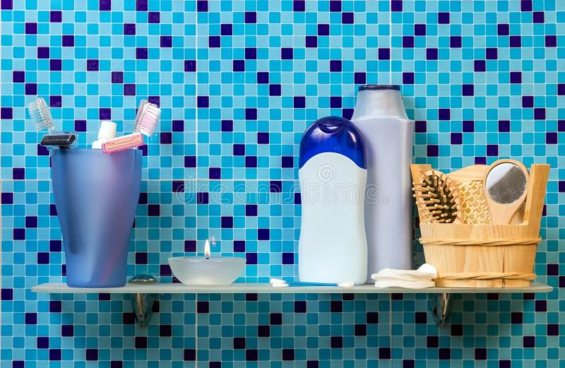 Hylla med badtillbehör arkivfoto