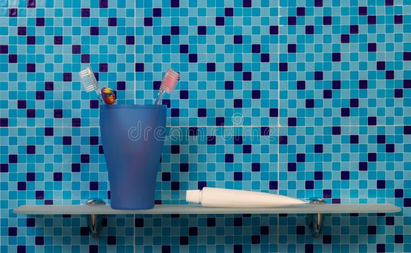 Hylla med badtillbehör royaltyfri bild