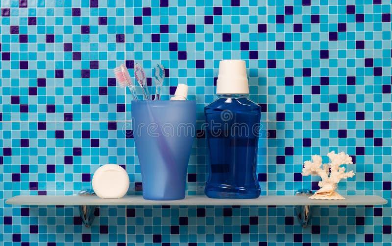 Hylla med badtillbehör arkivfoton
