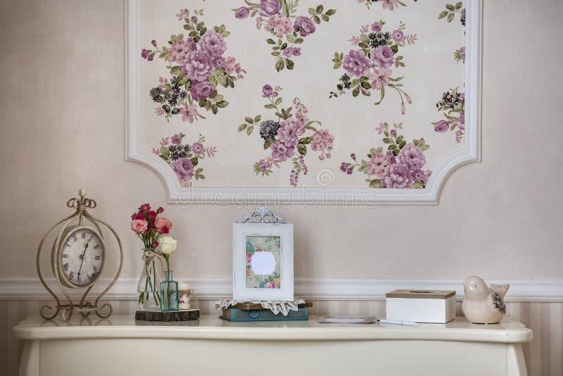Hylla med den hem- dekoren i stilen av provence royaltyfri bild