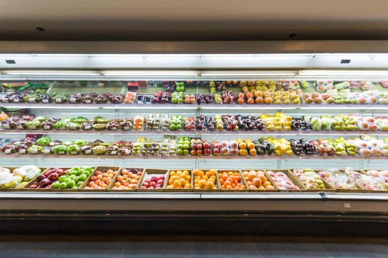 Hylla med frukter i supermarket royaltyfri fotografi