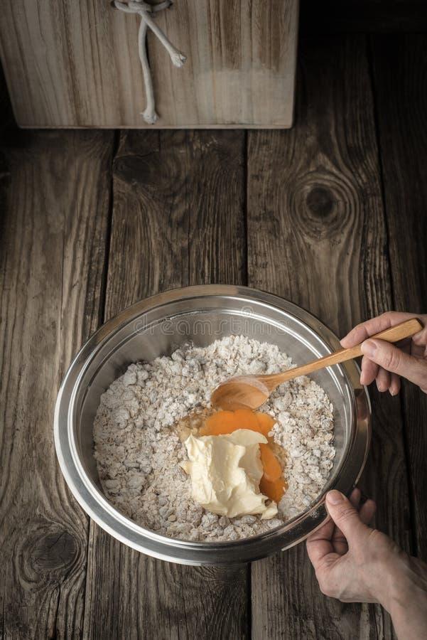 Hylla och ingredienser för kakor på gråa skivor arkivfoton