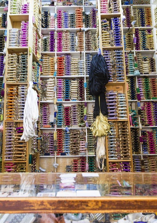 Hyllor av färgrika trådrullar i Tangier, Marocko royaltyfri bild