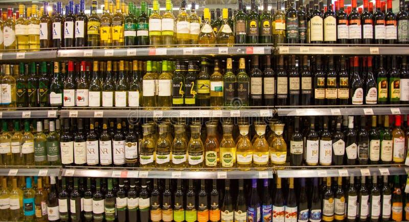Hyllor av supermarket med alkoholdrycker royaltyfria foton