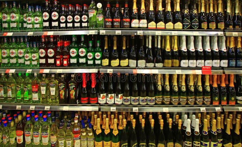 Hyllor av supermarket med champagne och Martini royaltyfria foton