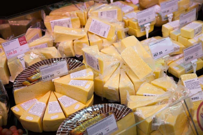 Hyllor av supermarket med ost och mejeri royaltyfri foto