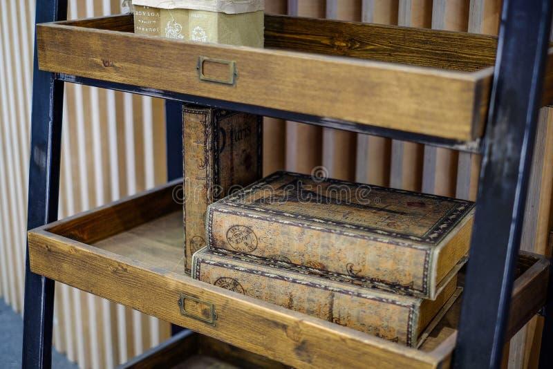 Hyllor för böcker Böcker på hyllor arkivbilder