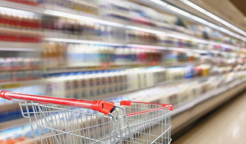Hyllor för kylskåp för suddighetssupermarketlivsmedelsbutik arkivbild