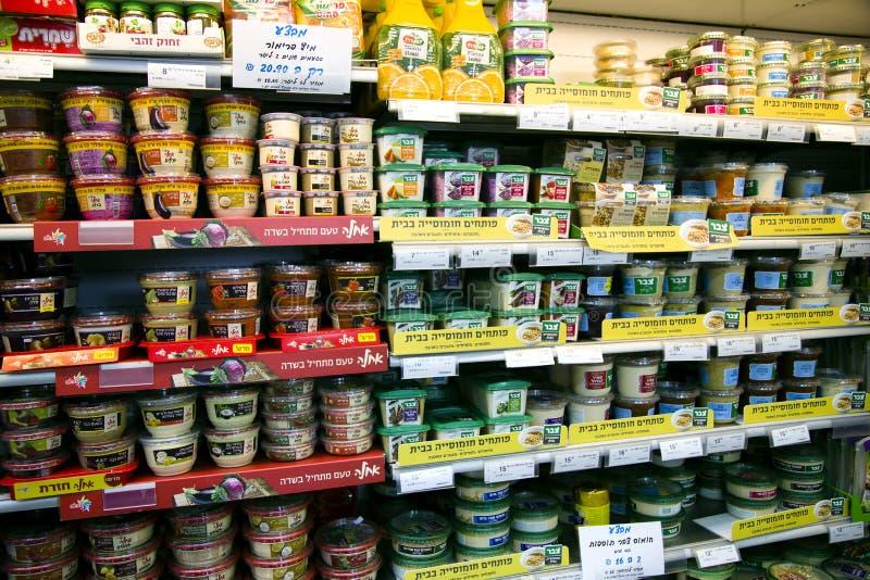 Hyllor med foods i supermarket arkivfoto