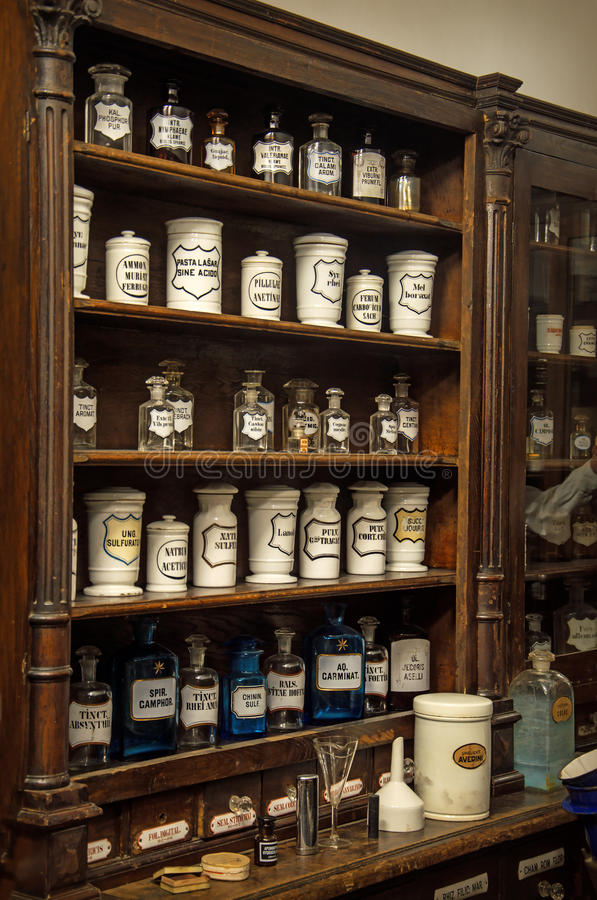 Hyllor med mediciner i gammalt apotek royaltyfria foton
