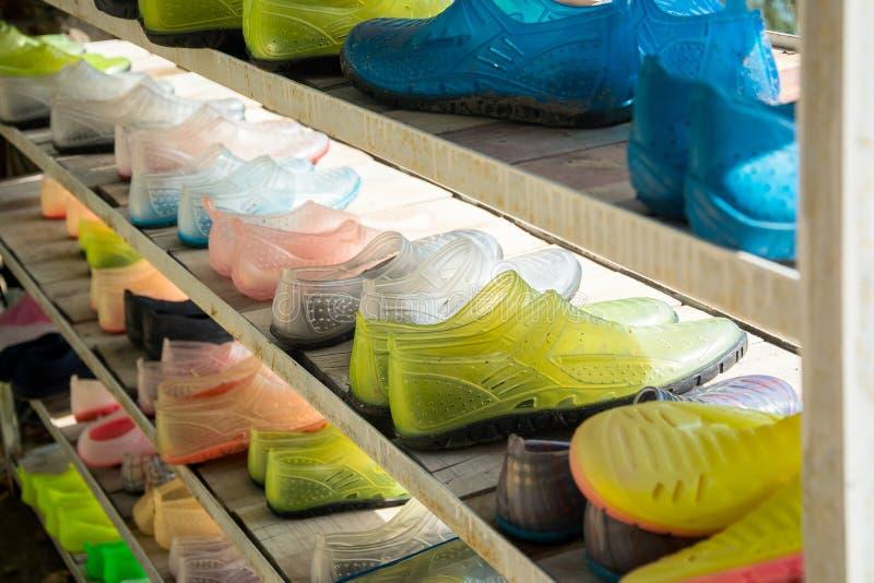 Hyllor med skor för rafting royaltyfri foto