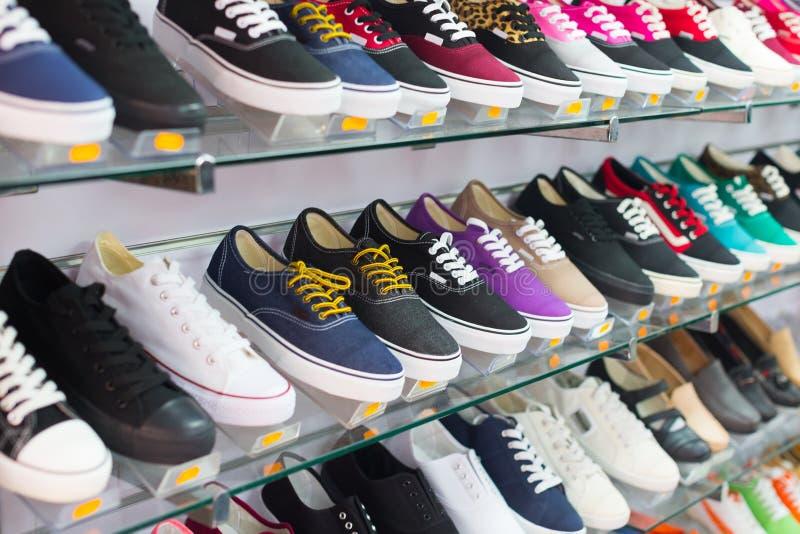 Hyllor med tillfälliga skor arkivfoton
