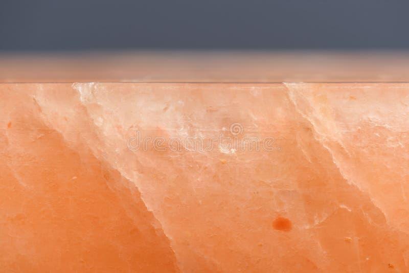 Hymalayan dentellent le bloc de sel avec la vue de côté de fissures photos libres de droits