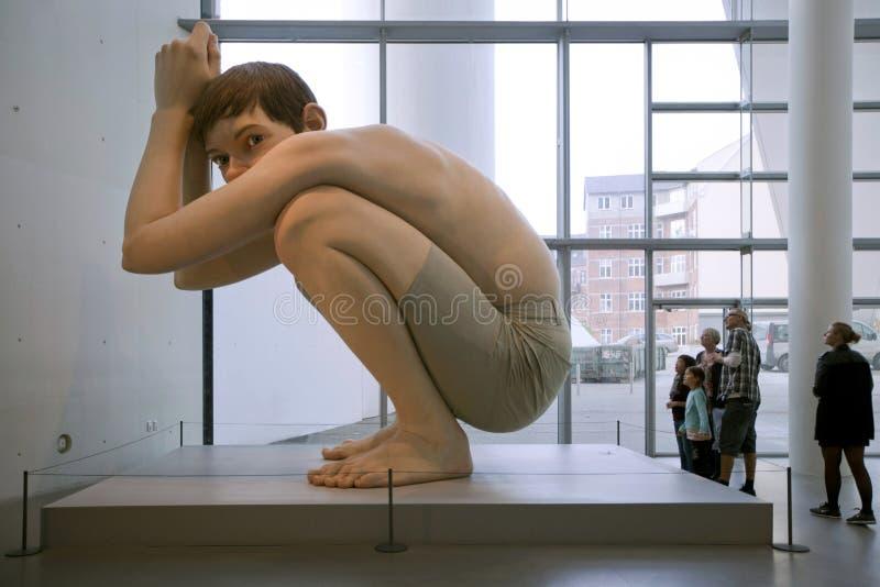 Hyper-realistische beeldhouwwerken Ron Mueck - Jongen Het Kunstmuseum van ARoSaarhus, Arhus stock foto