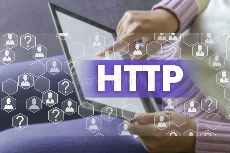 Hyper Text-?bergangsprotokoll HTTP auf dem Touch Screen mit einer Unsch?rfe das M?dchen mit dem Ger?thintergrund Das Konzept von  stockfotos