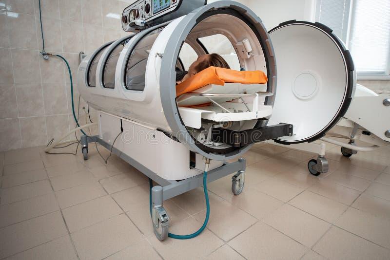 Hyperbaric kamer, behandeling en terugwinning van het lichaam door zuivere zuurstof te leveren royalty-vrije stock foto