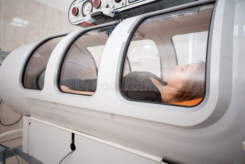 Hyperbaric kammare, behandling och återställning av kroppen, genom att leverera rent syre arkivfoton