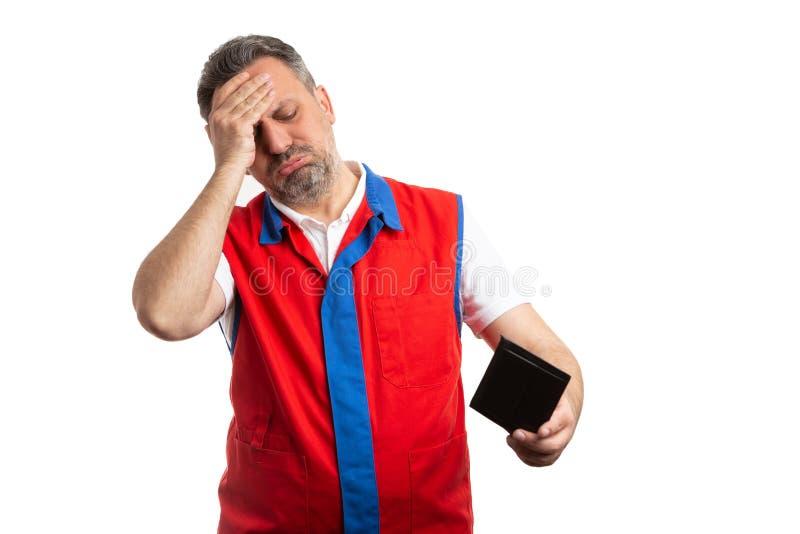 Hypermarket werknemer wat betreft voorhoofd met hand zoals ongerust gemaakt royalty-vrije stock foto