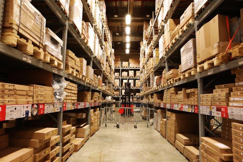 Hypermarkets, logistyki ześrodkowywają, składujący, odkładający towary na pokazie, obrazy royalty free